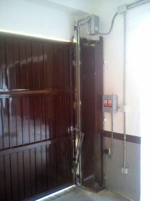 Automatizaci n de puerta basculante automatismos kv - Automatismo puerta basculante ...